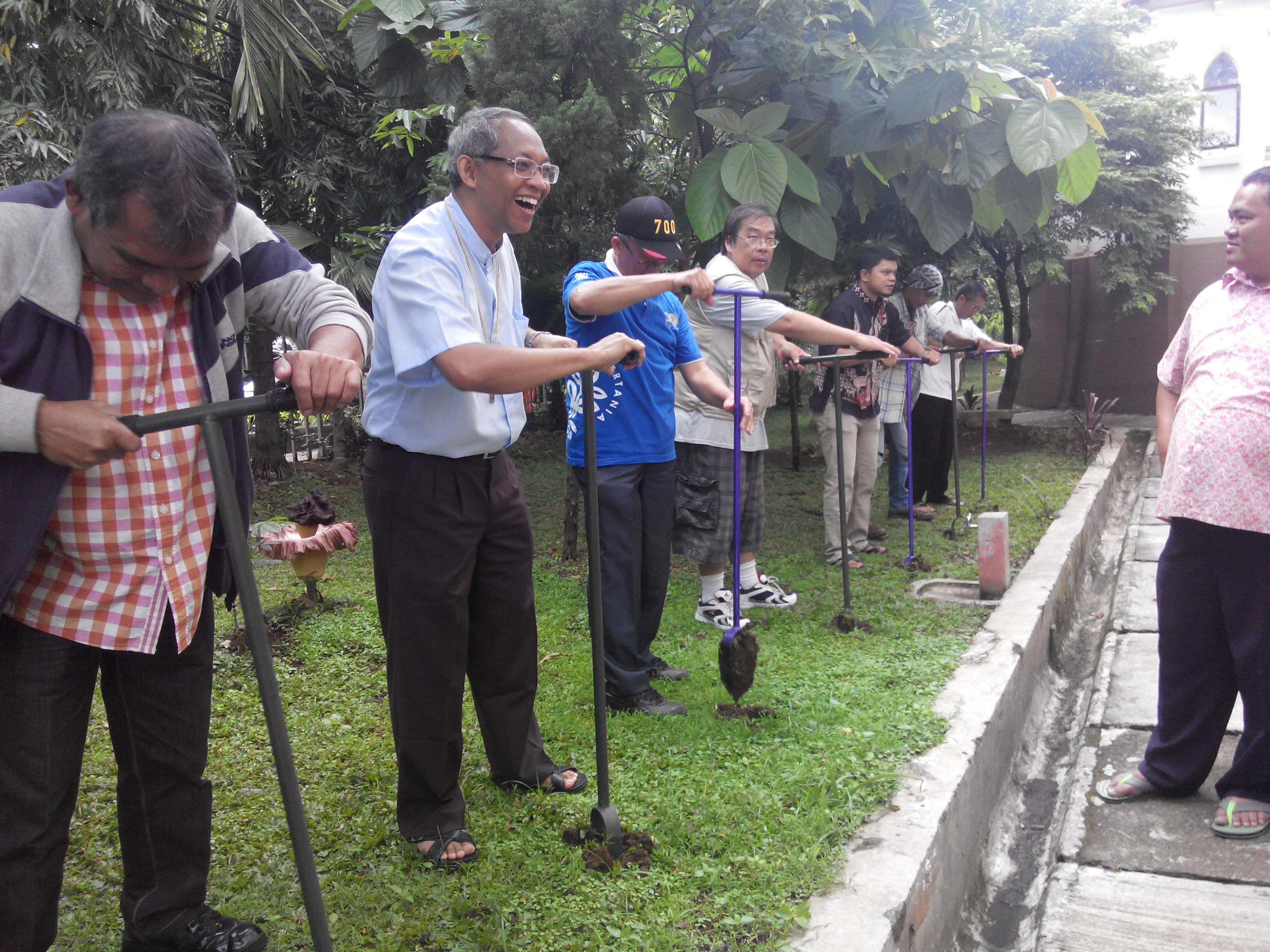 Pembuatan Biopori oleh OMK Bogor