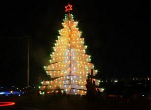 """AMBON, 3/12 - POHON NATAL RAKSASA. Beberapa warga bersantai di dekat pohon Natal raksasa setinggi 25 meter yang didirikan di Bukit Mangga Dua, Kecamatan Nusaniwe, Kota Ambon, Maluku Rabu malam (2/12). Menjelang perayaan Natal 25 Desember warga Umat Kristiani mulai mendirikan Pohon Natal di lingkungan pemukiman masing-masing sebagai bentuk kesiapan menyambut menyambut kelahiran """"Sang Juru Selamat"""". FOTO ANTARA/ Jimmy Ayal/ss/ pd/09."""