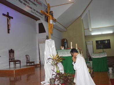 Pastor Berlutut depan Salib